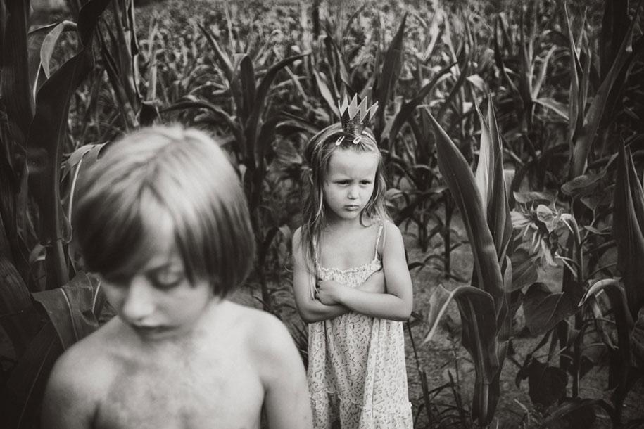 bambini-che-giocano-estate-idillica-villaggio-fotografia-izabela-urbaniak-03