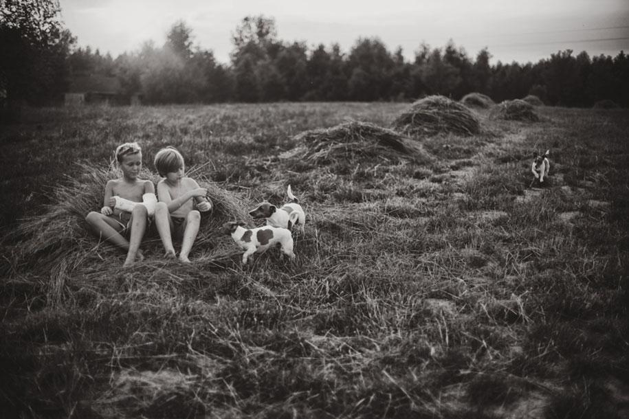 bambini-che-giocano-estate-idillica-villaggio-fotografia-izabela-urbaniak-05