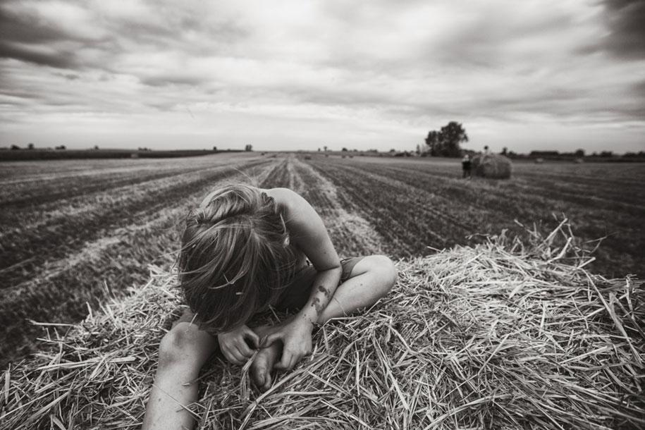 bambini-che-giocano-estate-idillica-villaggio-fotografia-izabela-urbaniak-09