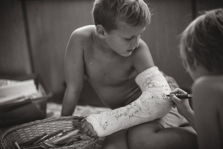 bambini-che-giocano-estate-idillica-villaggio-fotografia-izabela-urbaniak-10