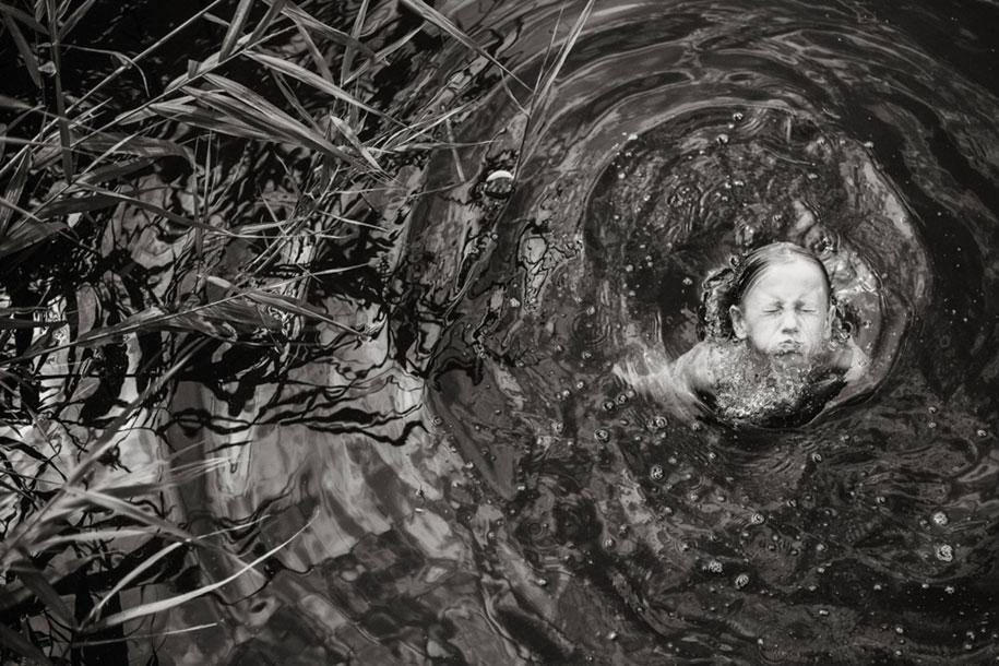 bambini-che-giocano-estate-idillica-villaggio-fotografia-izabela-urbaniak-17