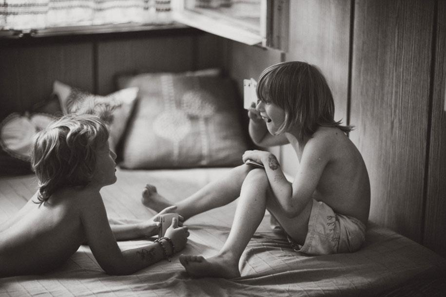 bambini-che-giocano-estate-idillica-villaggio-fotografia-izabela-urbaniak-18
