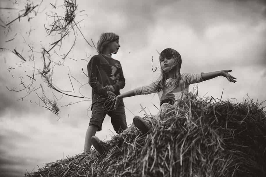 bambini-che-giocano-estate-idillica-villaggio-fotografia-izabela-urbaniak-19