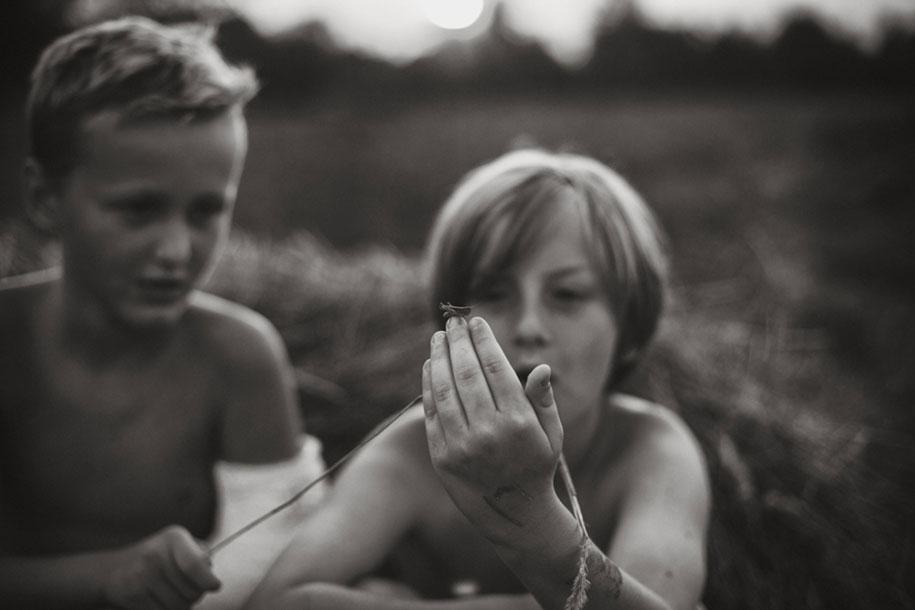 bambini-che-giocano-estate-idillica-villaggio-fotografia-izabela-urbaniak-21