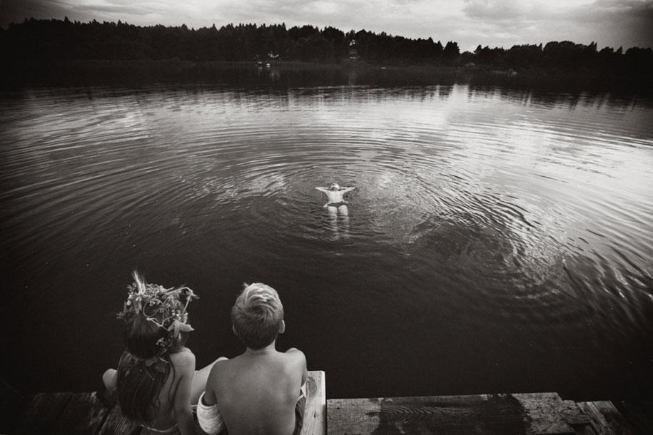 bambini-che-giocano-estate-idillica-villaggio-fotografia-izabela-urbaniak-22