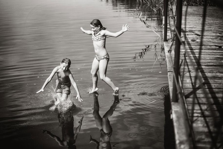 bambini-che-giocano-estate-idillica-villaggio-fotografia-izabela-urbaniak-23