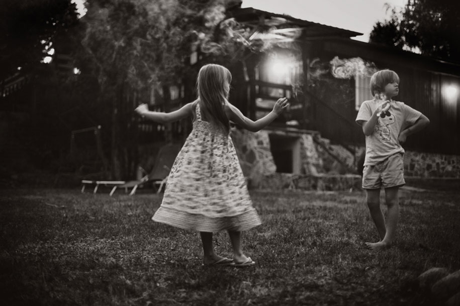 bambini-che-giocano-estate-idillica-villaggio-fotografia-izabela-urbaniak-26