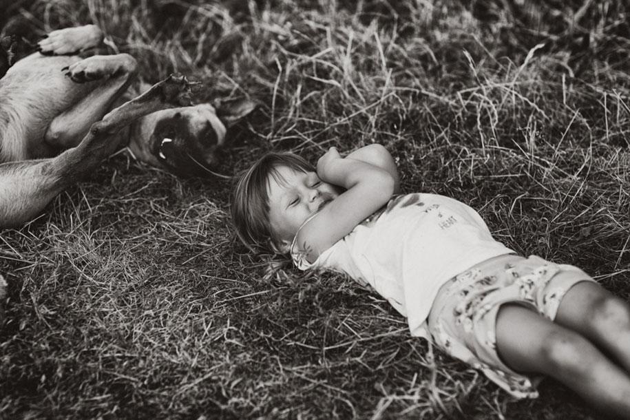 bambini-che-giocano-estate-idillica-villaggio-fotografia-izabela-urbaniak-28