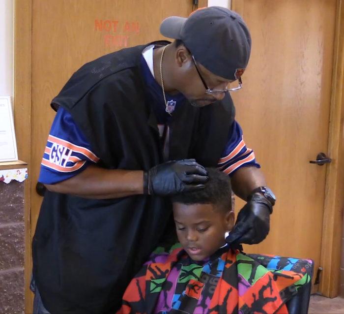 barbiere-taglia-capelli-gratis-a-bambini-che-leggono-2