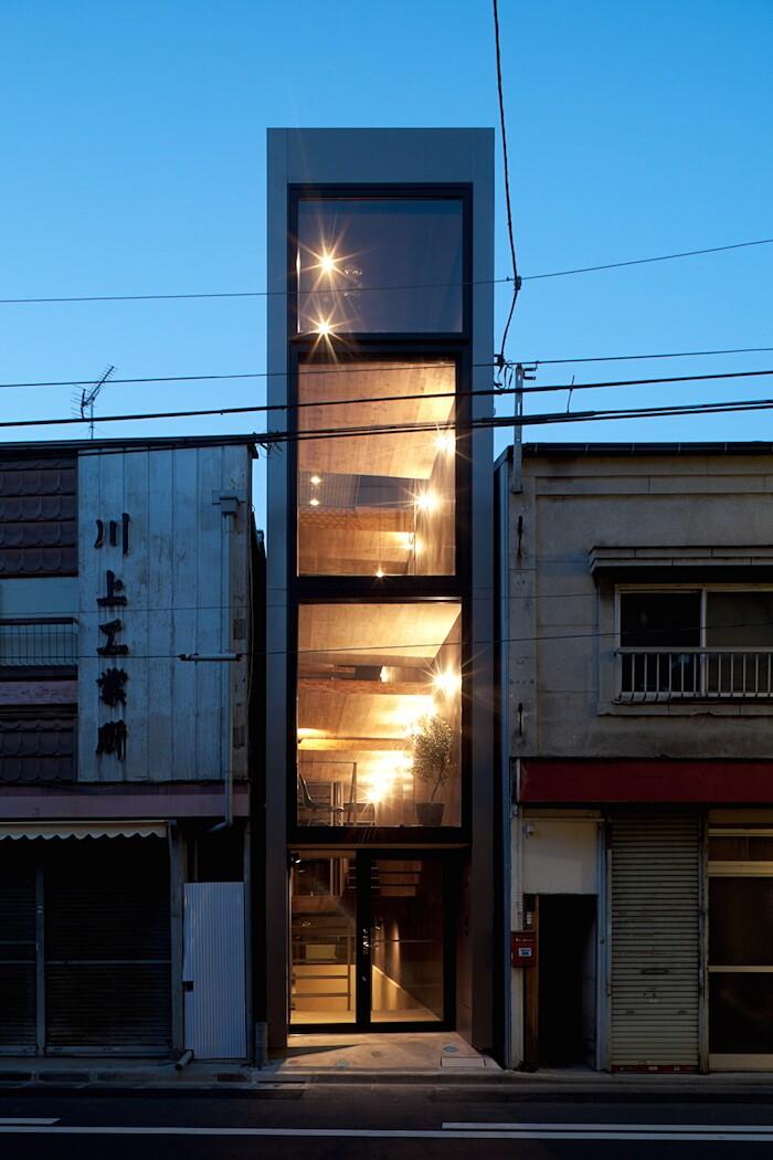 casa-stretta-minimalista-giappone-yuua-02