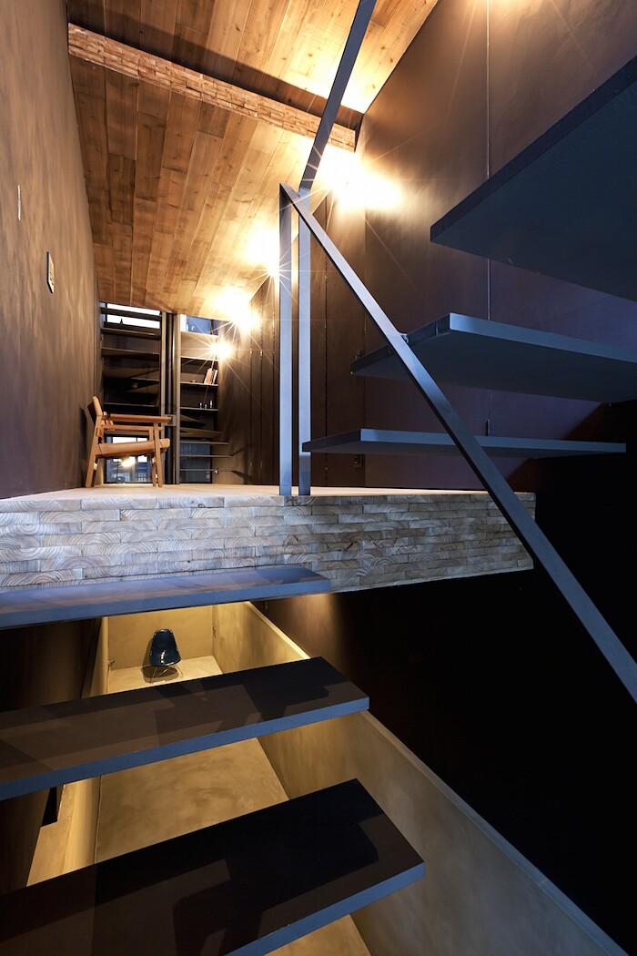 casa-stretta-minimalista-giappone-yuua-03