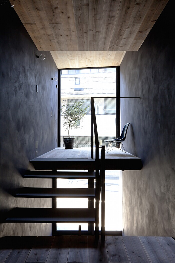 casa-stretta-minimalista-giappone-yuua-04
