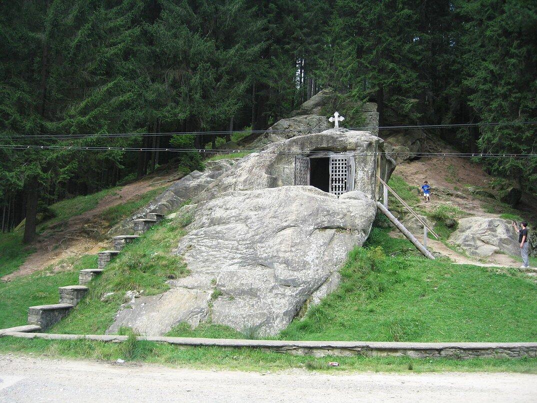 chiesa-santuario-scavato-nella-roccia-casa-monaco-romania-Daniil-Sihastrul-01
