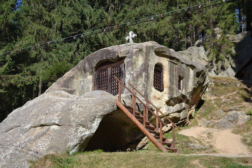 chiesa-santuario-scavato-nella-roccia-casa-monaco-romania-Daniil-Sihastrul-02