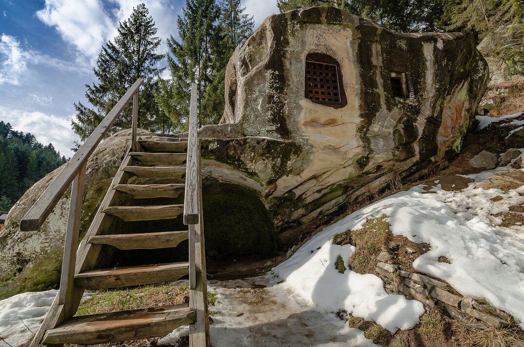 chiesa-santuario-scavato-nella-roccia-casa-monaco-romania-Daniil-Sihastrul-03