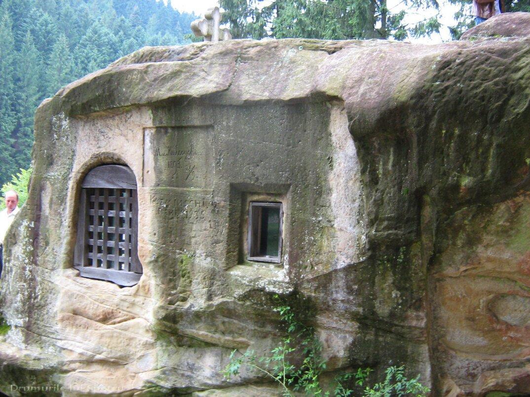 chiesa-santuario-scavato-nella-roccia-casa-monaco-romania-Daniil-Sihastrul-04