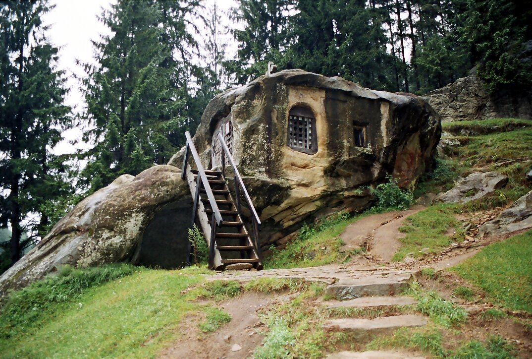 chiesa-santuario-scavato-nella-roccia-casa-monaco-romania-Daniil-Sihastrul-05