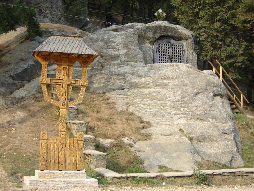 chiesa-santuario-scavato-nella-roccia-casa-monaco-romania-Daniil-Sihastrul-06