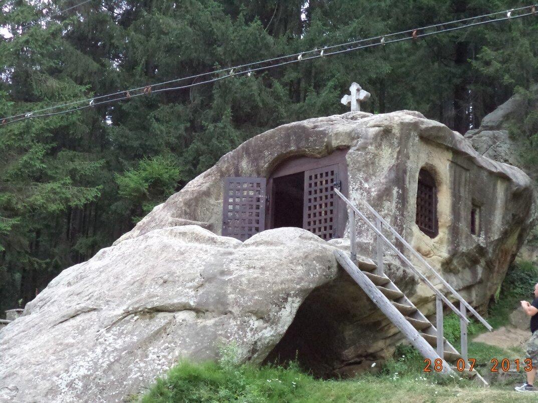 chiesa-santuario-scavato-nella-roccia-casa-monaco-romania-Daniil-Sihastrul-07