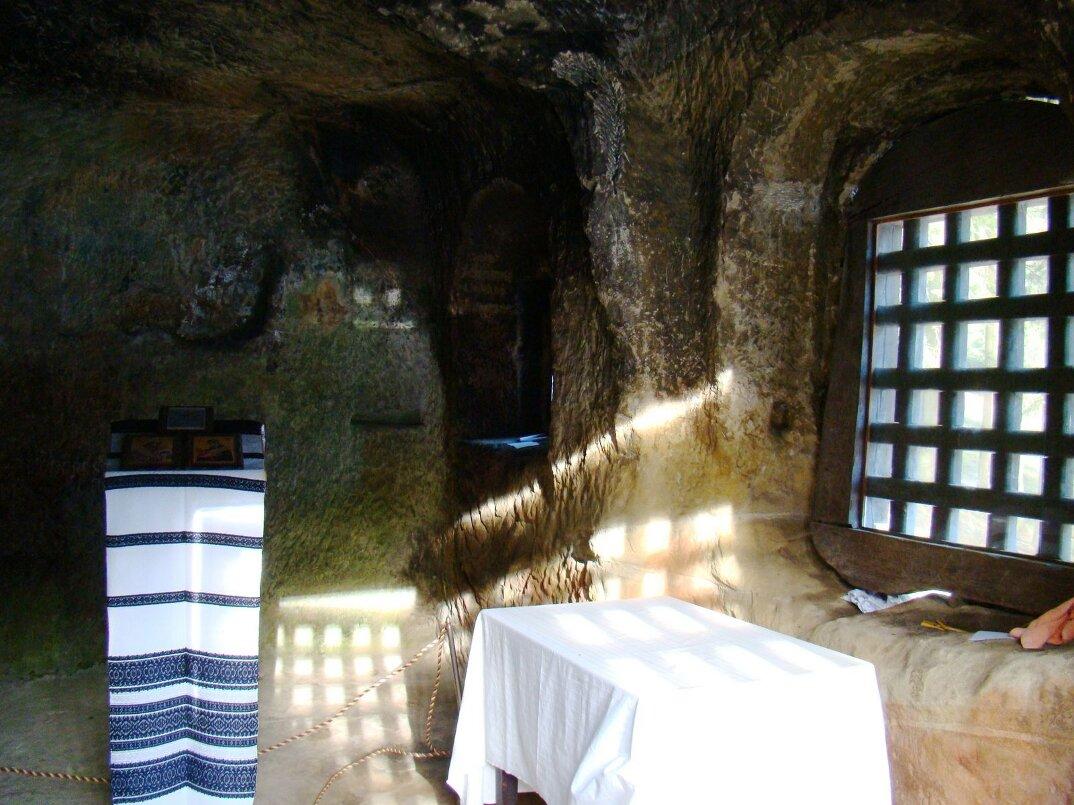 chiesa-santuario-scavato-nella-roccia-casa-monaco-romania-Daniil-Sihastrul-09