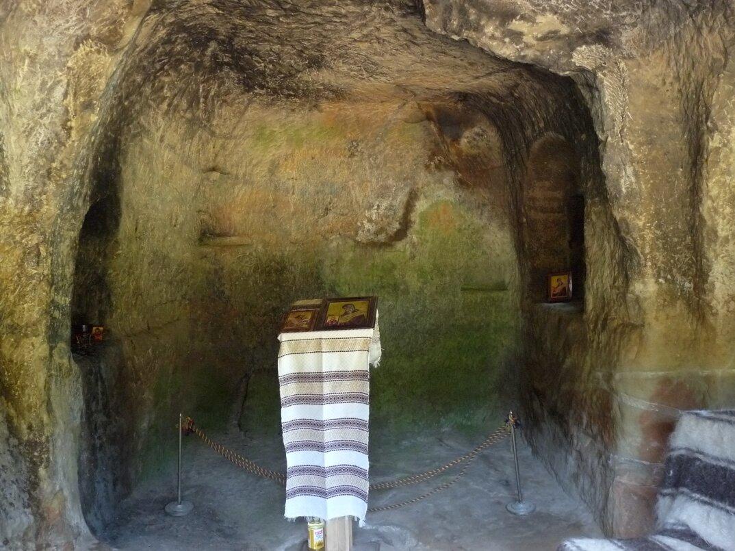 chiesa-santuario-scavato-nella-roccia-casa-monaco-romania-Daniil-Sihastrul-11