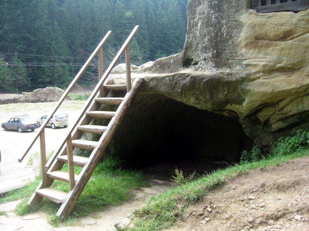 chiesa-santuario-scavato-nella-roccia-casa-monaco-romania-Daniil-Sihastrul-12