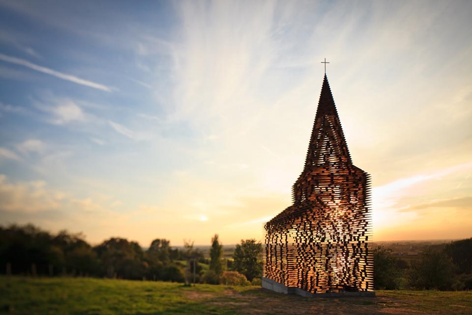 chiesa-trasparente-acciaio-architettura-belgio-gijs-van-vaerenbergh-01
