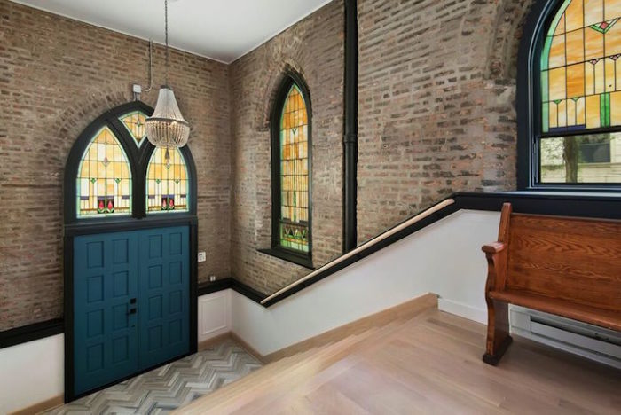conversione-ristrutturazione-chiesa-sconsacrata-casa-moderna-vetrate-gotiche-05