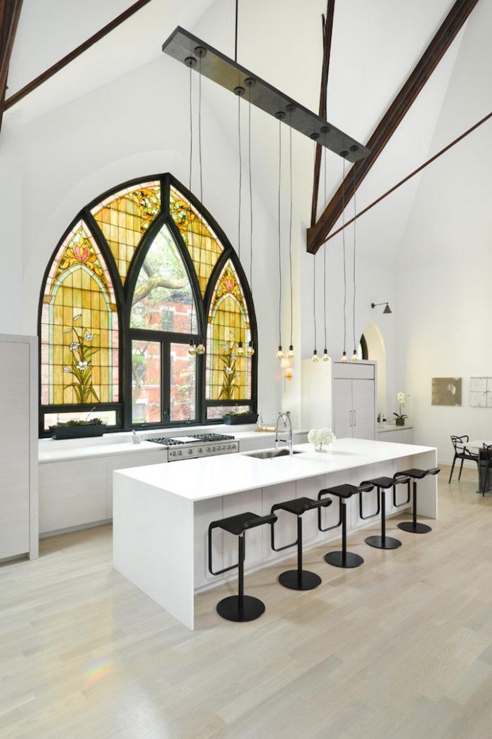 conversione-ristrutturazione-chiesa-sconsacrata-casa-moderna-vetrate-gotiche-09