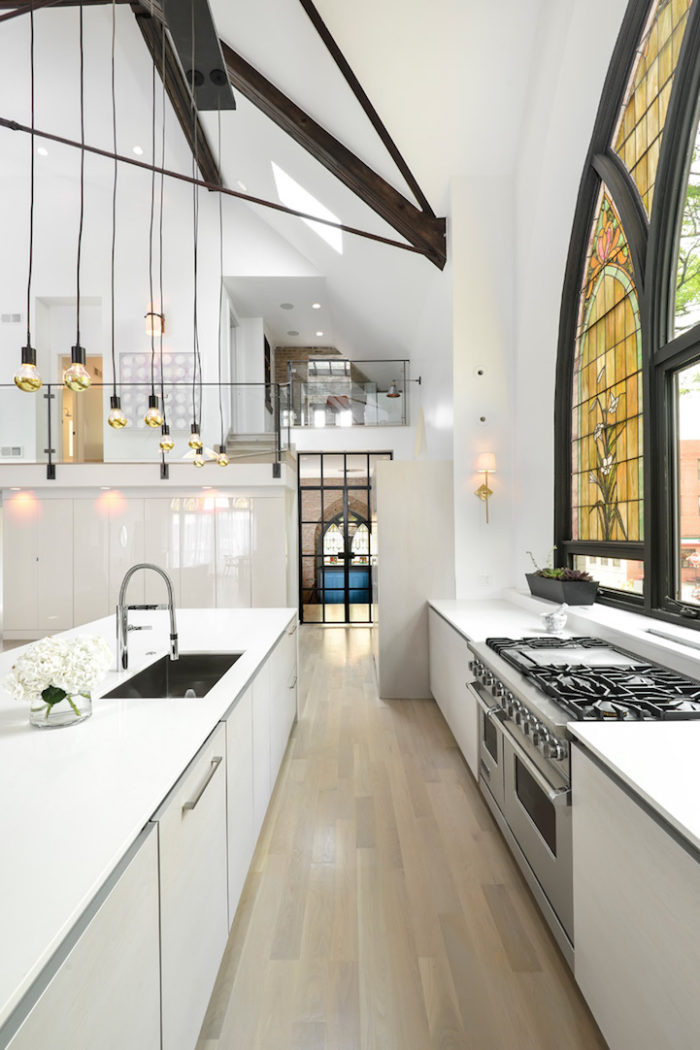 conversione-ristrutturazione-chiesa-sconsacrata-casa-moderna-vetrate-gotiche-10