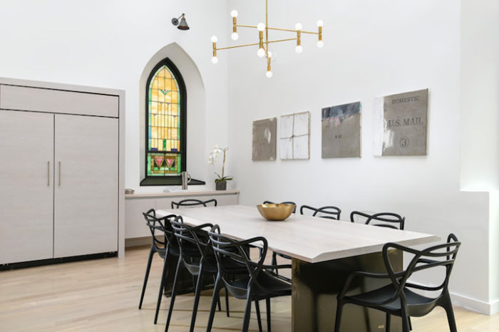 conversione-ristrutturazione-chiesa-sconsacrata-casa-moderna-vetrate-gotiche-11