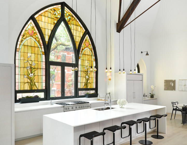 Una chiesa con enormi vetrate gotiche trasformata in una casa moderna keblog for Casa moderna vetrate