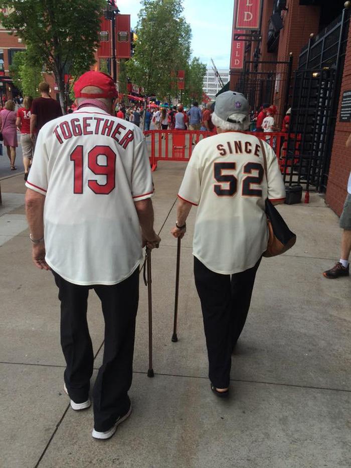 coppia-anziani-sposata-63-anni-indossa-maglie-rivali-baseball-2
