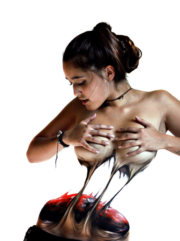 donna-strappa-corpo-a-meta-body-art-illusione-jeampiere-dinamarca-poque-1