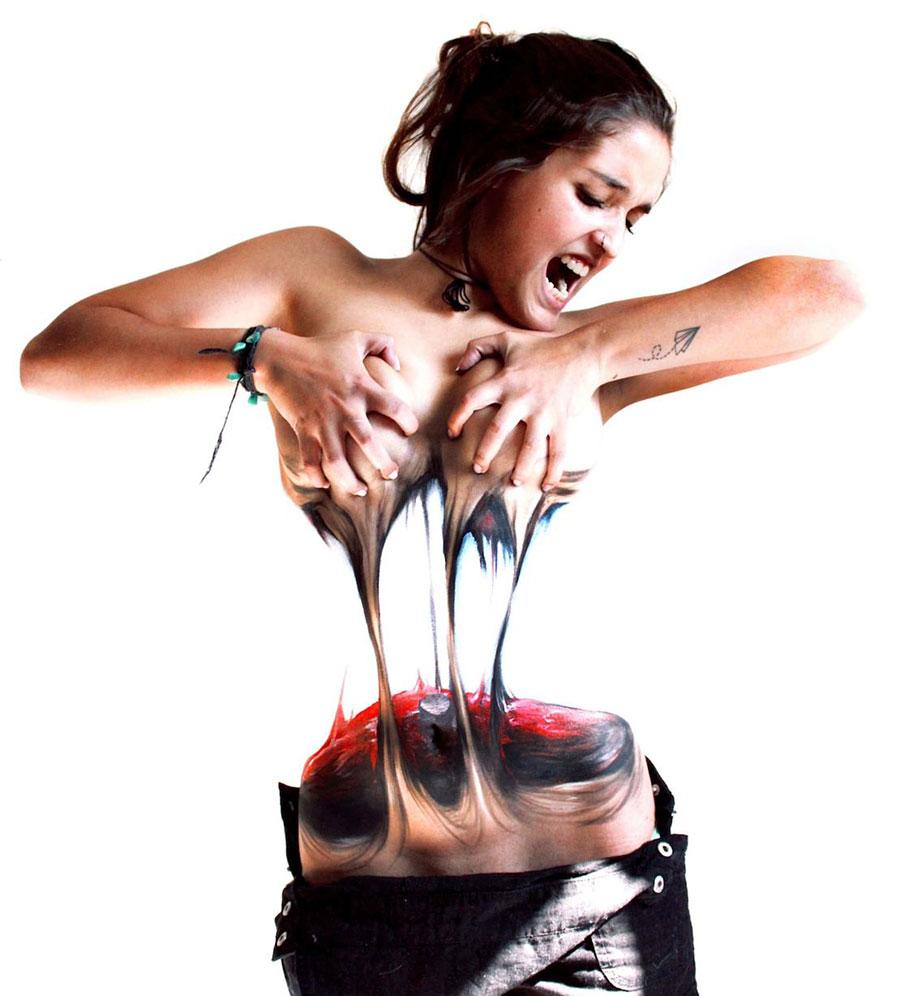 donna-strappa-corpo-a-meta-body-art-illusione-jeampiere-dinamarca-poque-4
