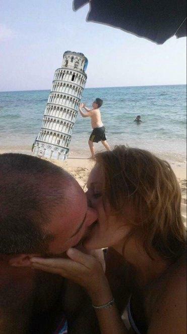 foto-bacio-spiaggia-bambino-gioca-palla-photoshop-scherzo-imgur-06