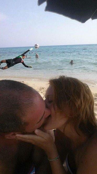 foto-bacio-spiaggia-bambino-gioca-palla-photoshop-scherzo-imgur-07