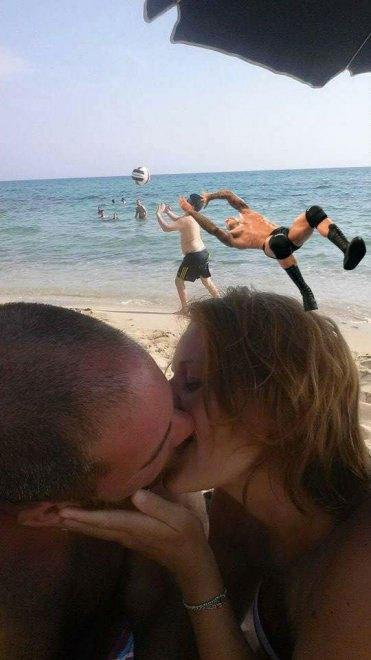 foto-bacio-spiaggia-bambino-gioca-palla-photoshop-scherzo-imgur-08