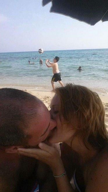 foto-bacio-spiaggia-bambino-gioca-palla-photoshop-scherzo-imgur-12