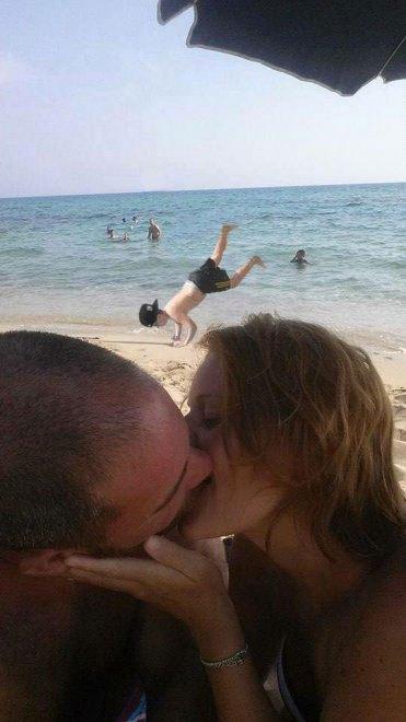 foto-bacio-spiaggia-bambino-gioca-palla-photoshop-scherzo-imgur-15