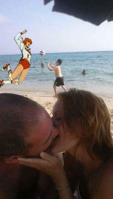 foto-bacio-spiaggia-bambino-gioca-palla-photoshop-scherzo-imgur-18
