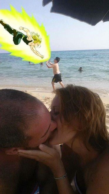 foto-bacio-spiaggia-bambino-gioca-palla-photoshop-scherzo-imgur-22