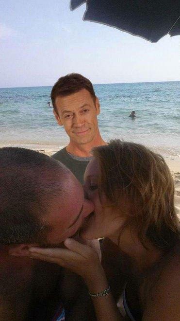 foto-bacio-spiaggia-bambino-gioca-palla-photoshop-scherzo-imgur-23
