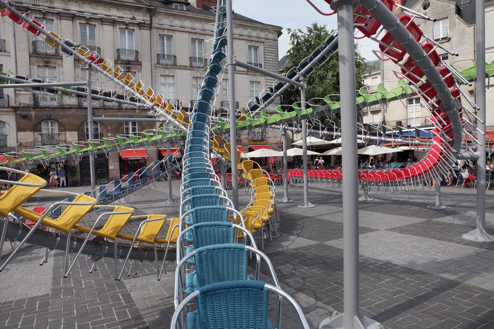 installazione-arte-montagne-russe-sedie-colorate-francia-baptiste-debombourg-1