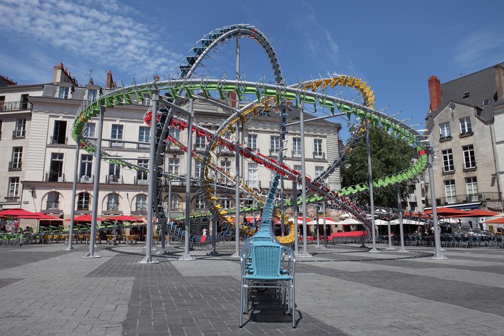 installazione-arte-montagne-russe-sedie-colorate-francia-baptiste-debombourg-7