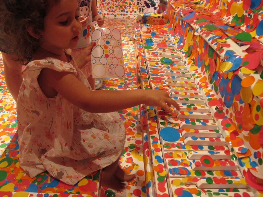 installazione-arte-stanza-bianca-adesivi-colorati-bambini-the-obliteration-room-3
