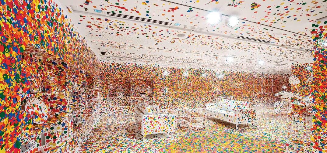 installazione-arte-stanza-bianca-adesivi-colorati-bambini-the-obliteration-room-4