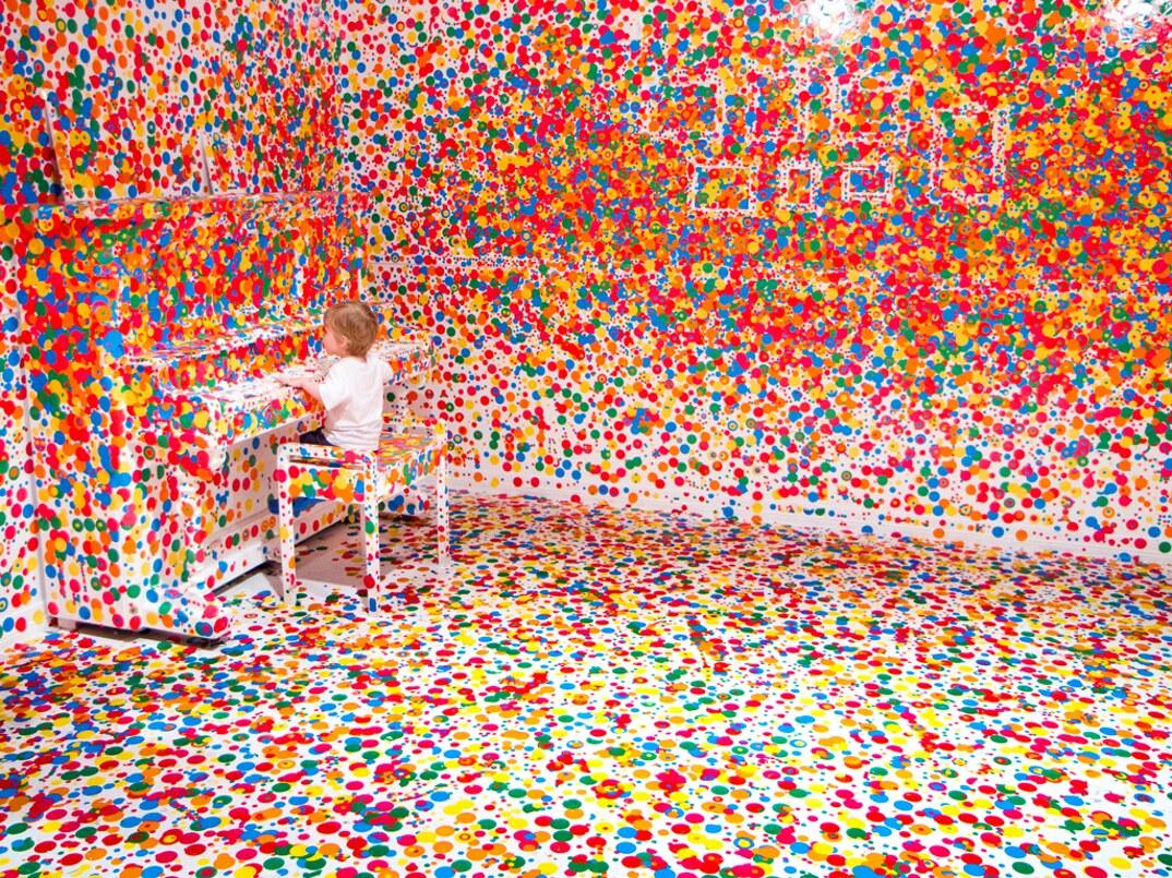 installazione-arte-stanza-bianca-adesivi-colorati-bambini-the-obliteration-room-5