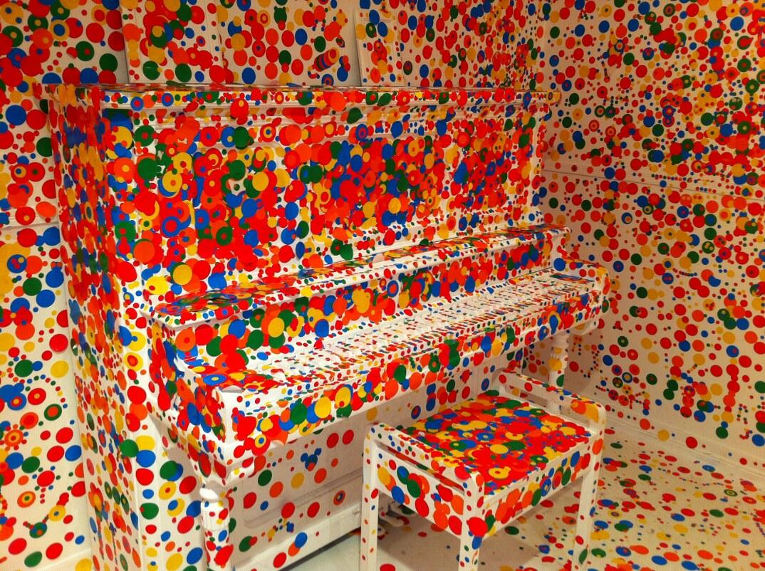 installazione-arte-stanza-bianca-adesivi-colorati-bambini-the-obliteration-room-6