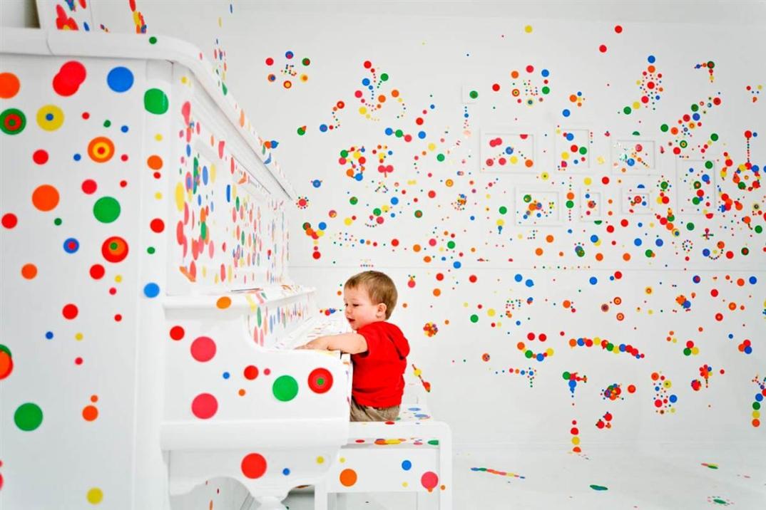 installazione-arte-stanza-bianca-adesivi-colorati-bambini-the-obliteration-room-7